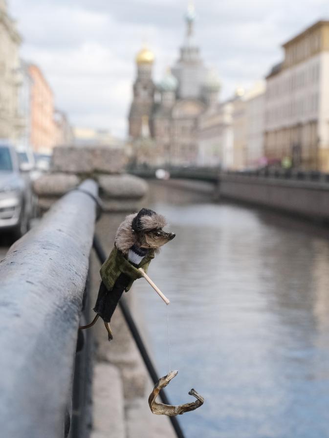 """Рыбак позирует в Северной столице. Фото Алена Бобрович, """"Metro"""""""