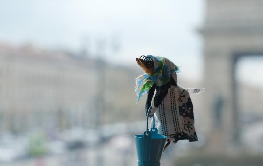 "Сплетница с вёдрами. Фото Алена Бобрович, ""Metro"""