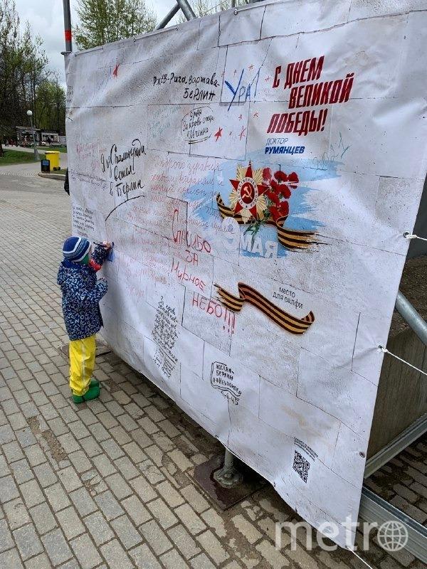 Прохожие могли написать свое обращение ветеранам в течение всего праздничного дня. Фото Ольга Макарова