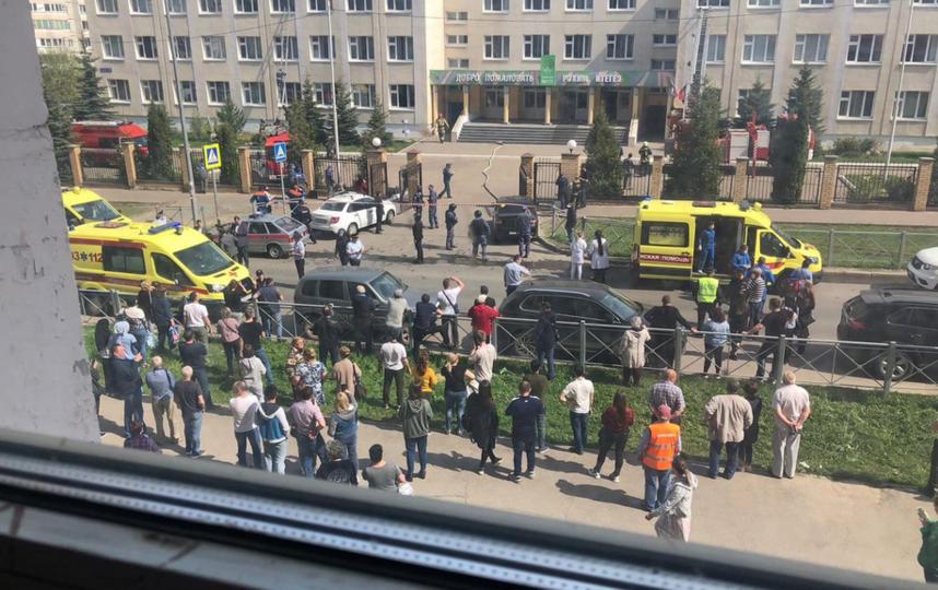 В Казани открыли стрельбу в школе. Фото очевидцев.