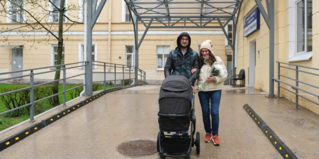 Счастливые родители с новорождённым Фёдором Михайловичем.