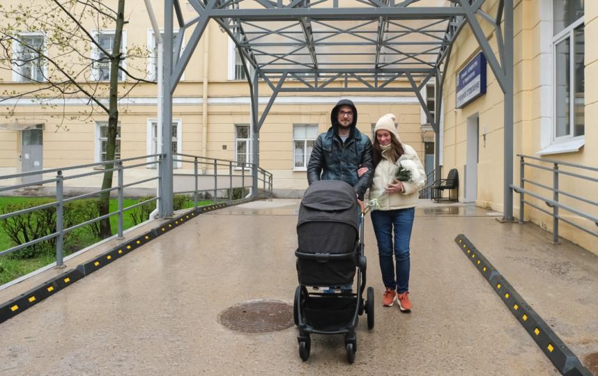 """Счастливые родители с новорождённым Фёдором Михайловичем. Фото Алена Бобрович, """"Metro"""""""