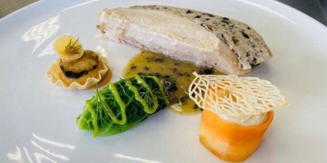Филе цыпленка с тремя гарнирами и грибным соусом.