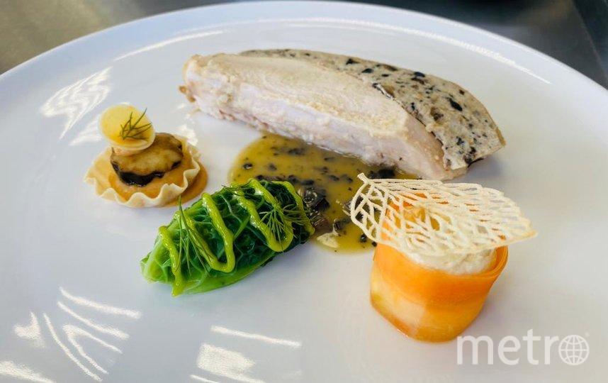Филе цыпленка с тремя гарнирами и грибным соусом. Фото Комитет по образованию Санкт-Петербурга