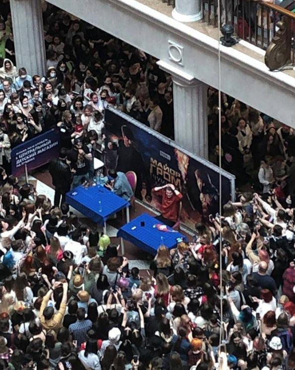 Судя по кадру, актеры не ожидали такого количества людей. Фото Скриншот Instagram: @otto_n2004