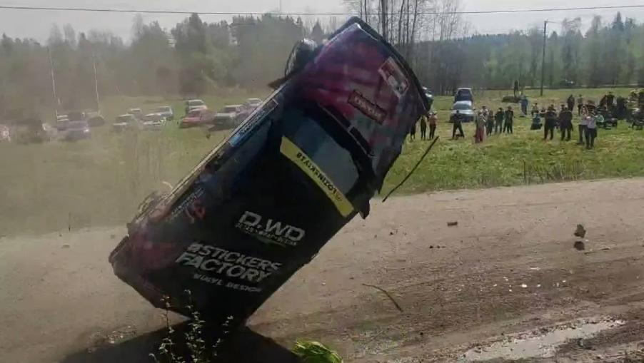 Машина перевернулась и едва не влетела в зрителей. Фото Скриншот видео