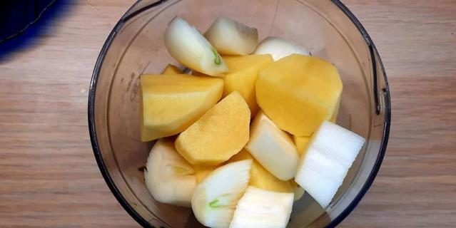 Пошаговый рецепт картофельных блинчиков с сыром и зеленью.