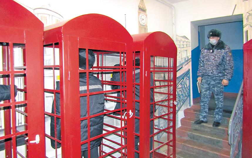 Красные телефонные будкив ИК-8. Фото VK.COM/GUFSIN_NOVOSIB