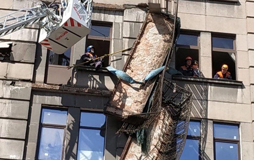 Демонтаж балконов на Кирочной улице, архивное фото. Фото ГУ МЧС РФ по Санкт-Петербургу