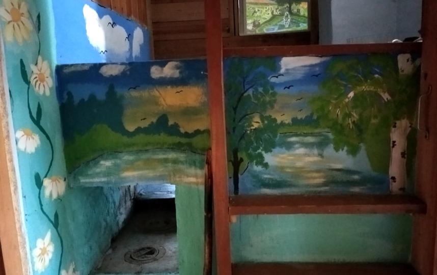 Расписная печка Нины Лебедевой стала главной достопримечательностью деревни. Фото из личного архива