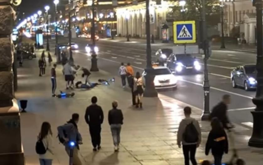 Поводом стал инцидент с нападением подростков на самокатах на петербургского писателя. Фото youtube.com.