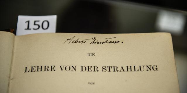 Альберт Эйнштейн поставил свой автограф на книге об экспериментальной физике.