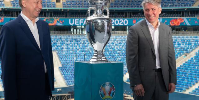 В Петербург прибыл Кубок Евро-2020.