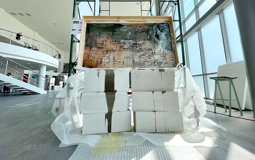 Многослойные картины художника Антона Бунденко. Эффект погружения достигается с помощью AR-технологии. Фото Ольга Пастухова