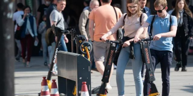 Десятки петербуржцев угодили под колеса электросамокатчиков.