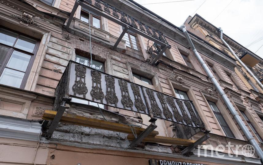 """В центре города продолжается демонтаж аварийных балконов на исторических зданиях. Фото Святослав Акимов, """"Metro"""""""