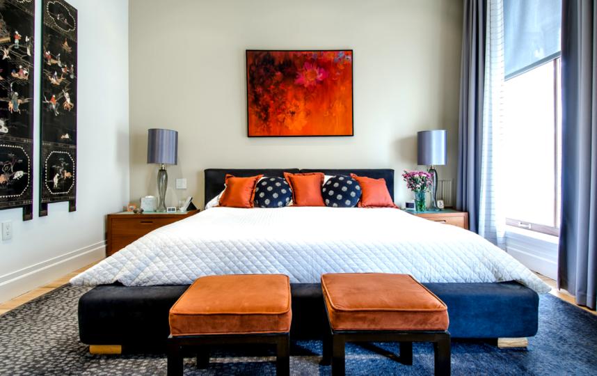 Светлые стены выгодно подчеркнут изголовье кровати. Фото UNSPLASH.COM