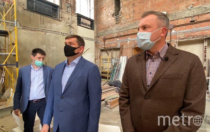 Евгений Попов осматривает ход реставрационных работ в МГУ. Фото Екатерина Тихонова