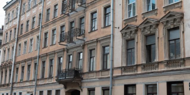 В Петербурге демонтируют 33 аварийных балкона на исторических зданиях.