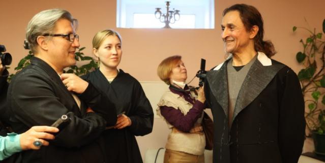 Фарух Рузиматов (справа) во время примерки костюма.