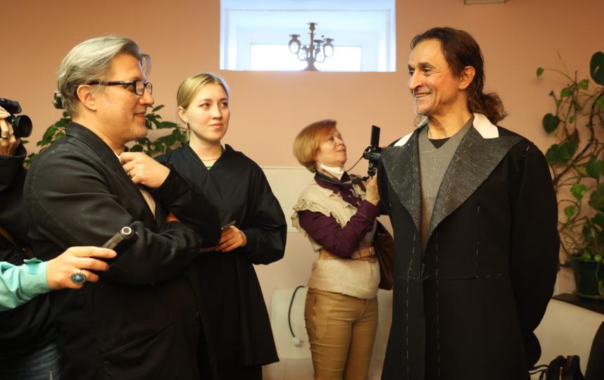 Фарух Рузиматов (справа) во время примерки костюма. Фото Стас Левшин
