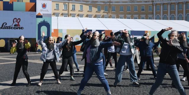 Все желающие смогут принять участие в массовом танце в масках Федора Михайловича Достоевского.
