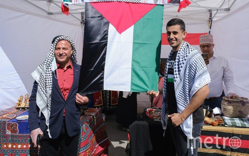 """Представители Палестины в своем шатре. Фото Алена Бобрович, """"Metro"""""""