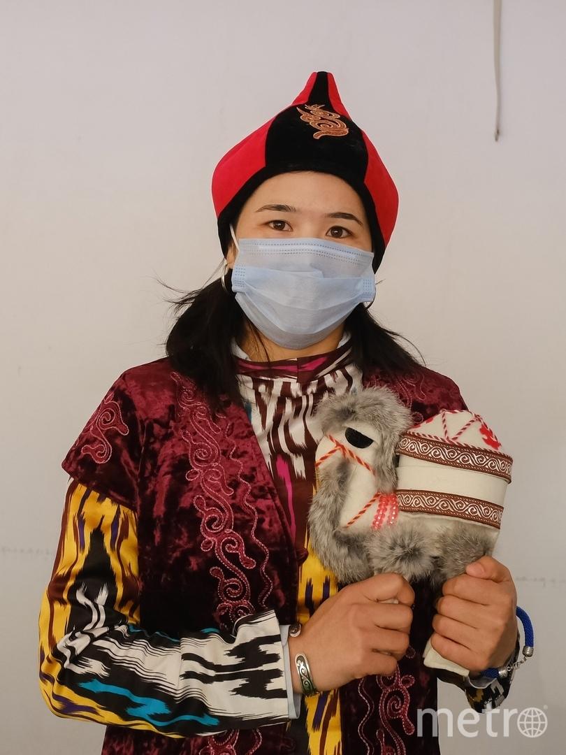 """Представительница Кыргызстана с сувенирным верблюдом. Фото Алена Бобрович, """"Metro"""""""