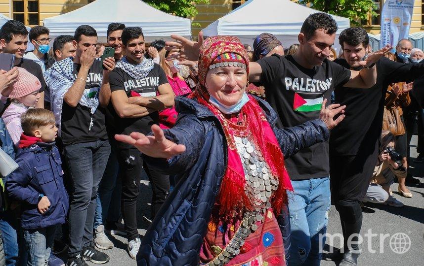 """Удмурдка и палестинец разучивают """"Лезгинку"""". Фото Алена Бобрович, """"Metro"""""""