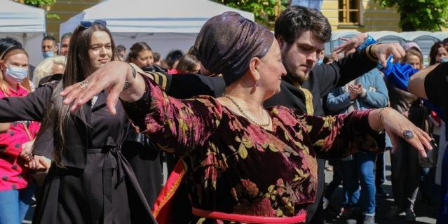Кавказский зажигательный танец объединил все национальности.
