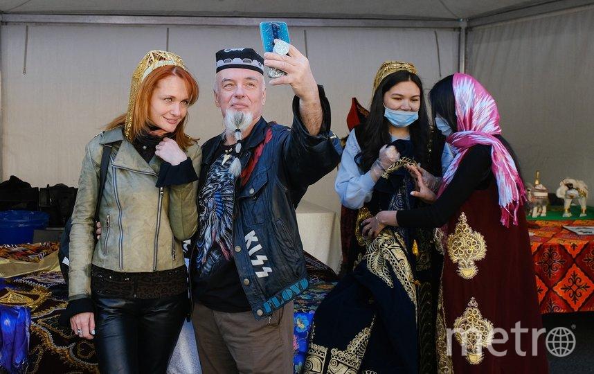 """Возле узбекского шатра гости балы примеряют тюбетейки. Фото Алена Бобрович, """"Metro"""""""