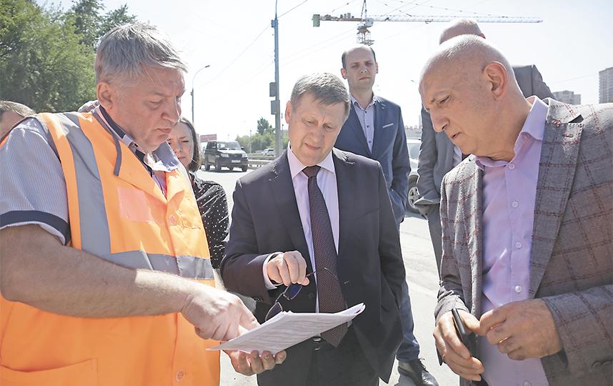 «Ипподромская магистраль одна из самых востребованных среди автомобилистов, поэтому мы рассматриваем с подрядчиком возможность отремонтировать большую её часть в этом году» – Анатолий Локоть, мэр города  Новосибирска. Фото пресс-центр Мэрии Новосибирска