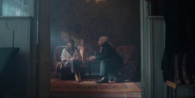Аглая Тарасова в клипе на песню Ich hasse Kinder.