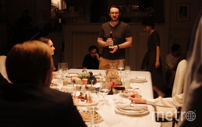 Режиссёр внимательно работает с реквизитом во время застольной сцены. Фото предоставлено пресс-службой картины