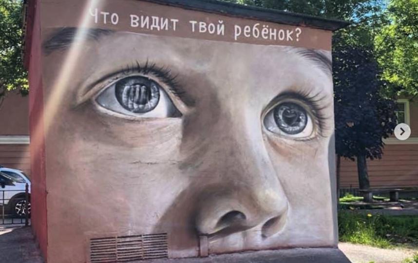 Изображение ребенка на трансформаторной будке в Петербурге. Фото Скриншот Instagram: @budnispb