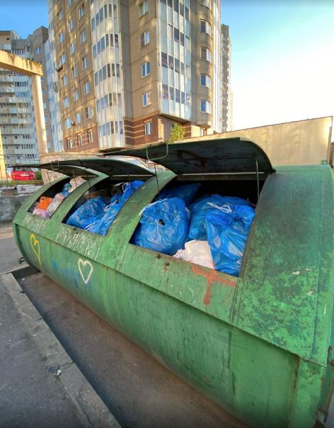 Войну с мусором горожанин ведет в разных районах Северной столицы. Фото Артем Прыгин