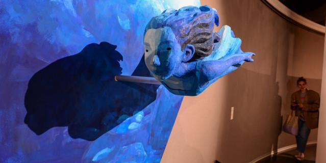 Свои работы Охата, по его словам, создаёт из японской бумаги - васи.