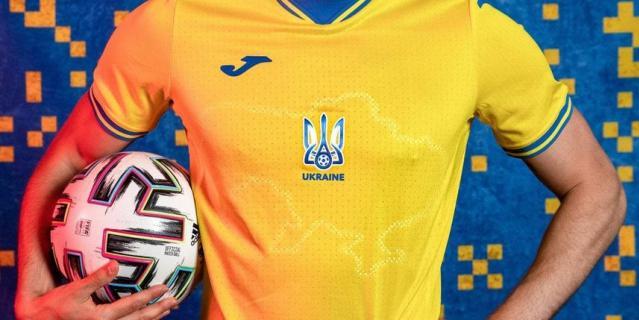 Форма футболистов выполнена в цвете национального флага Украины.