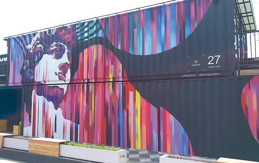 На Фабричной, 27 разместилось красочное граффити с античным Давидом. Фото Олеся Дамм