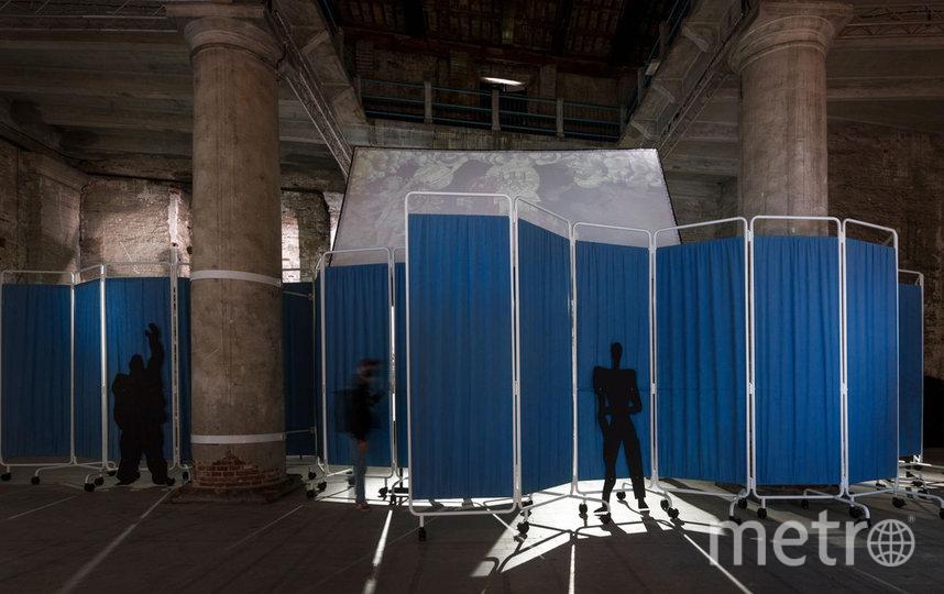 Проект представляет собой пустынные залы с больничными занавесками и койками. Фото OMA
