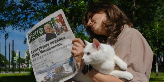 Следит за ситуацией вокург, пока хозяйка изучает материалы газеты.