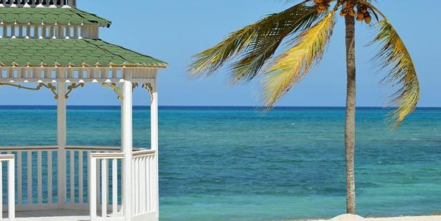 В первую очередь в чемодан для отдыха на море нужно положить солнцезащитное средство.
