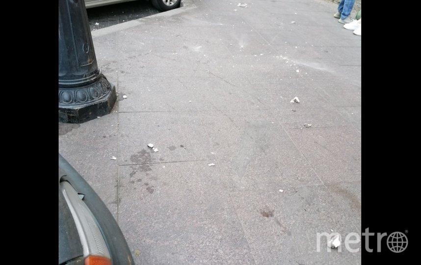 В центре Петербурга штукатурка упала на голову женщине. Фото vk.com/spb_today.