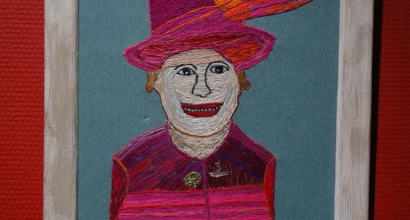 Её Величество королева Елизавета II в хорошем настроении.