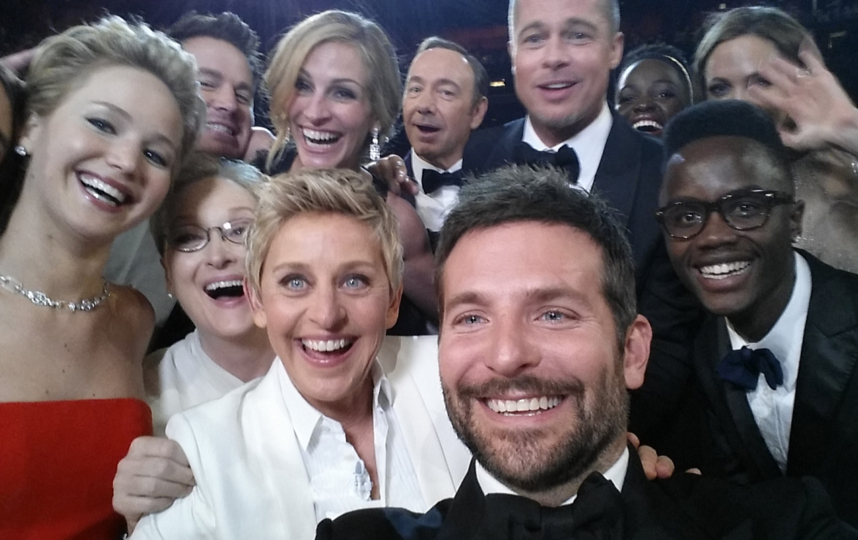 """Культовое селфи с """"Оскара"""" 2014 года с ДеДженерес на первом плане в белом костюме. Фото Getty"""