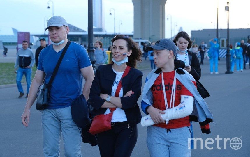 """Возле стадиона, 12 июня 2021. Фото Алена Бобрович, """"Metro"""""""