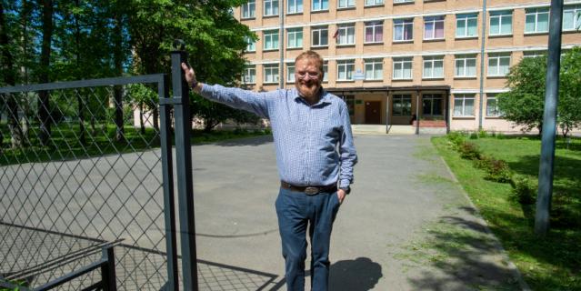 Виталий Милонов у здания школы №481.