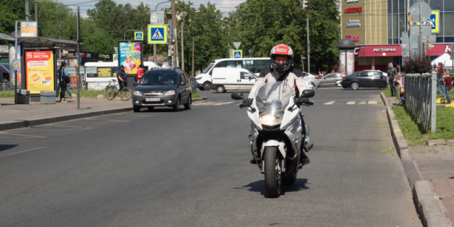 На встречу Милонов приехал на мотоцикле.