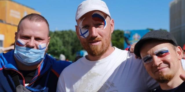 Болельщики нанесли на лицо символику двух стран, потому что главное для них - хорошая игра.