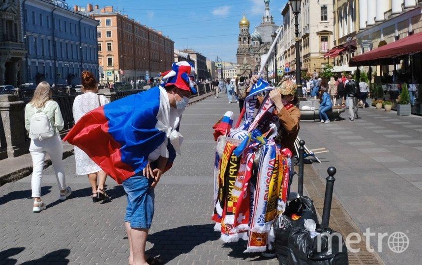 """Болельщик покупает шарф. Фото Алена Бобрович, """"Metro"""""""